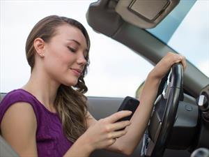 Así de fácil los adolescentes se distraen al volante