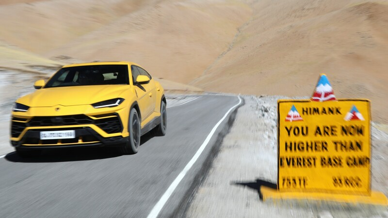 Lamborghini Urus viaja por la carretera más alta sobre el nivel del mar en el mundo
