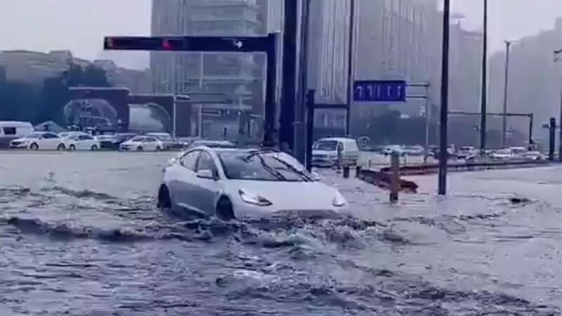 ¿Manejarías un Tesla en el agua?