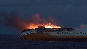 Terrible: se hunde un carguero con más de 1.200 autos nuevos