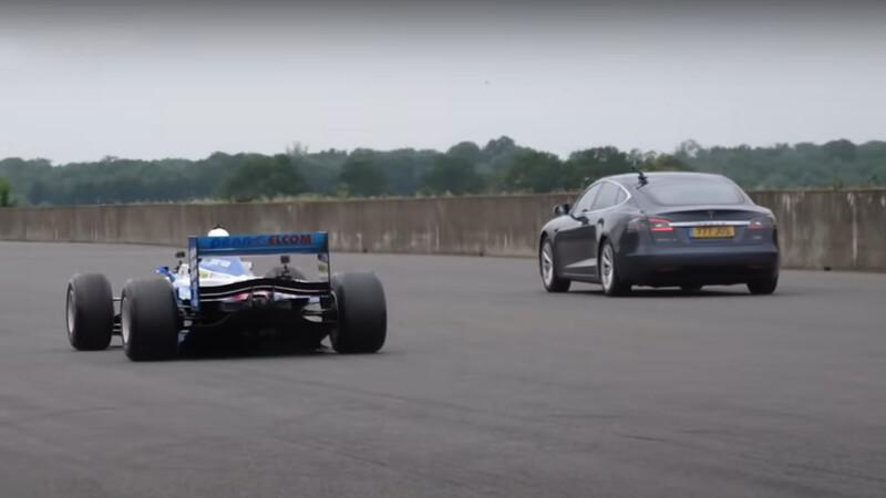 ¿Quién gana en una picada entre un Tesla y un F1 de los 90?