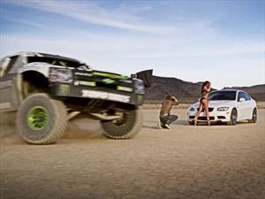 Mirá a una camioneta de 850 CV divirtiéndose con un par de chicas