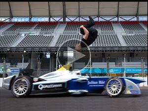 Atleta hace un backflip sobre un Fórmula E