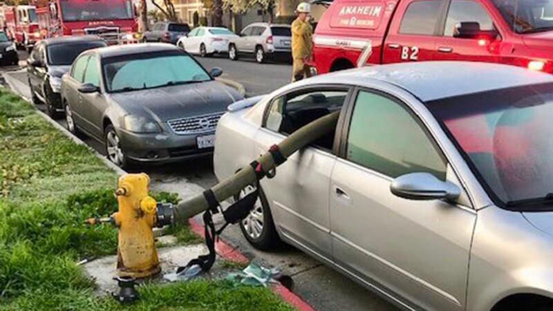 Para que no pase esto, nunca estacionar frente a un hidrante