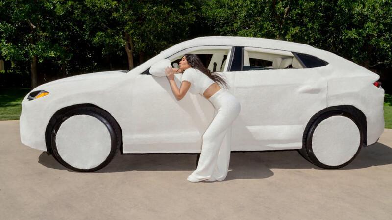 Kim Kardashian demuestra cómo arruinar con felpa un Lamborghini Urus