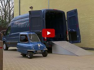 El carro más pequeño del mundo logra un giro completo en el interior de la Van más grande