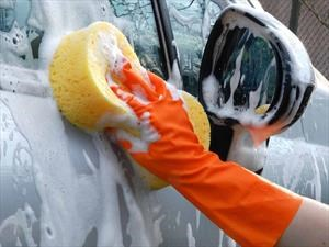 Aprende a lavar tu carro como todo un profesional