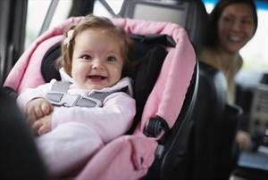 ¿Cómo amamantar a tu hijo sobre un auto?