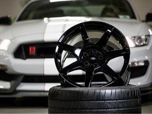 Shelby GT350R premiado por sus rines de fibra de carbono