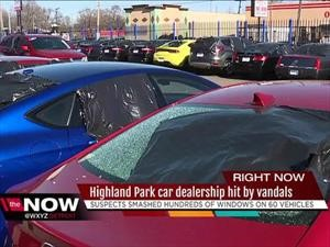 Destruyen las ventanas de más de 50 autos en un distribuidor en Detroit
