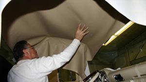 ¿Por qué se escuchan ruidos raros en el interior de mi auto?