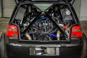 Un VW Golf con motor V10 de Lamborghini