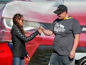 Danika Patrick te entrega las llaves del nuevo Chevrolet Camaro