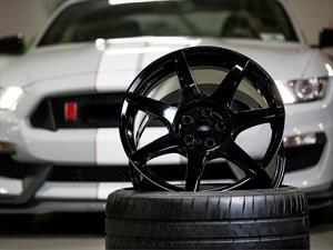 Shelby GT350R Mustang tiene llantas de fibra de carbono