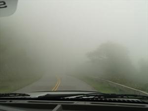 5 errores que se cometen al manejar con niebla