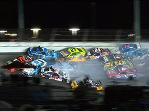 Impresionante accidente de 22 autos en la NASCAR