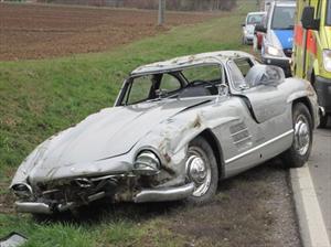 Un Mercedes Benz 300SL clásico destrozado por un mecánico