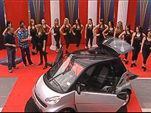 16 chicas dentro de un Smart ForTwo
