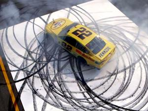 Piloto de NASCAR nos regala un minuto de donas