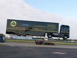 Un camión salta un F1 a toda velocidad
