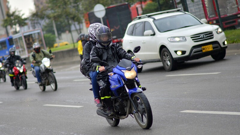 Motociclistas con acompañante pueden circular por calzadas centrales en Bogotá