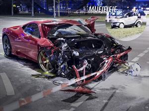 Un smart destroza a un Ferrari 458 Speciale al chocar