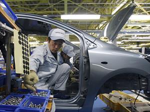 Toyota reemplaza robots por personas en su fábricas