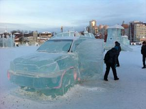 Una Toyota Land Cruiser tallada sobre hielo