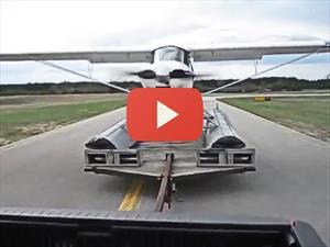 Video: Hidroplano despega sobre un tráiler