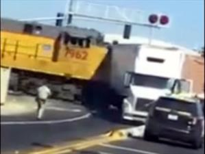 Video: Tren y trailer protagonizan accidente