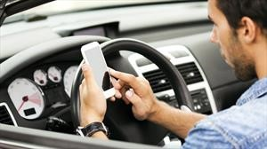 Peligroso: Los conductores no dejan de usar el celular