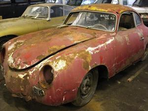 Descubren 81 autos clásicos en un granero