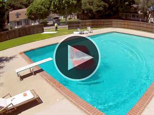 Un automóvil cae en una piscina