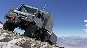 Rompen el récord de altura con un vehículo arriba de un Mercedes-Benz Unimog