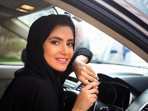Oficialmente, las mujeres ya pueden manejar en Arabia Saudita