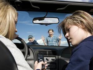 Los riesgos de usar el celular mientras conduces