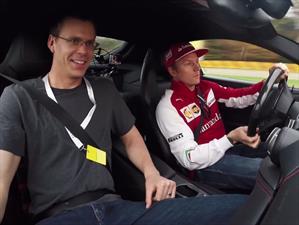 Kimi Raikkonen manejando el Ferrari F12berlinetta a toda velocidad