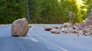 Cómo esquivar un obstáculo en el camino al ir conduciendo