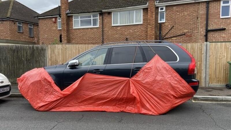 ¿Por qué en una ciudad de Inglaterra protegen con lonas a los automóviles estacionados en la calle?