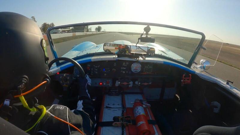 Video: Este Shelby Cobra con motor de Tesla se come la pista