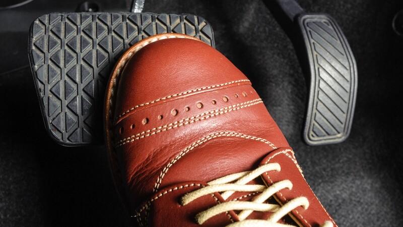 Estos son los zapatos más seguros para conducir un carro