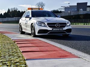 Dando la vuelta a bordo del auto médico en el circuito de F1 en Bakú, Azerbaiyán