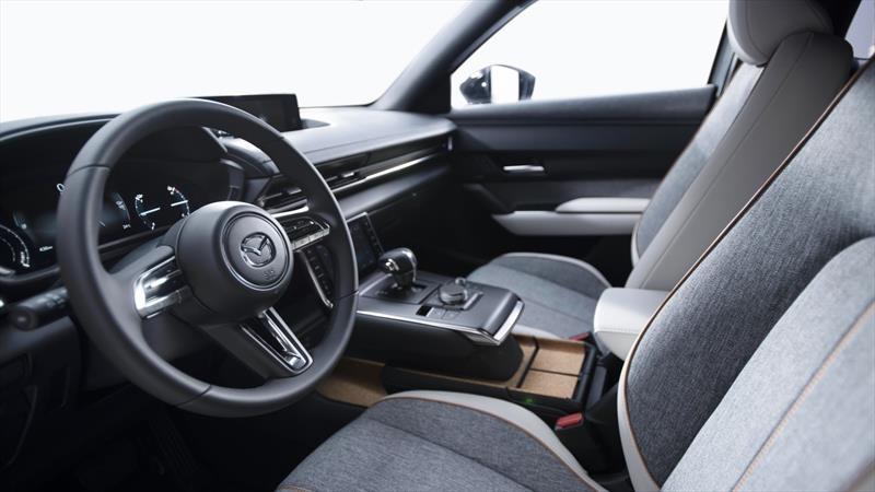 ¿De dónde provienen los plásticos reciclados que Mazda emplea sus automóviles?