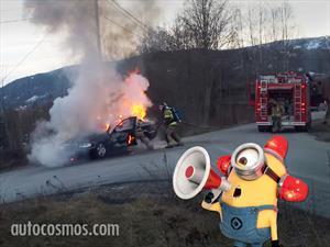 Video: Bomberos combaten el fuego en un Mercedes-Benz y se llevan una sorpresa