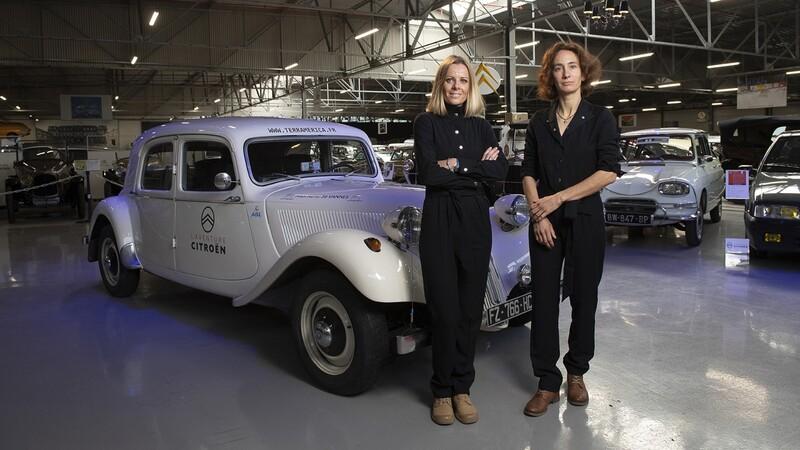 Un Citroën Traction Avant es conducido por 2 mujeres en una travesía Panamericana por la solidaridad