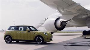 MINI Cooper SE muestra su músculo eléctrico al remolcar un avión