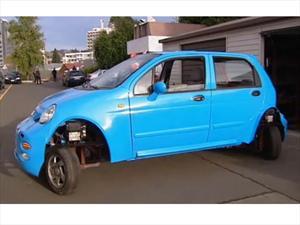 Innovador auto eléctrico que se estaciona en paralelo