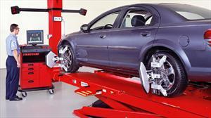 ¿Cómo sé que mi auto necesita balanceo y alineación?