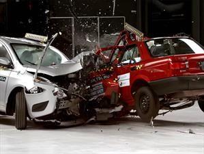 Nissan Versa vs Nissan Tsuru, en una prueba de choque