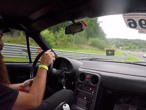 Video: Un Mazda MX-5 pone contra las cuerdas a un Ferrari y Porsche